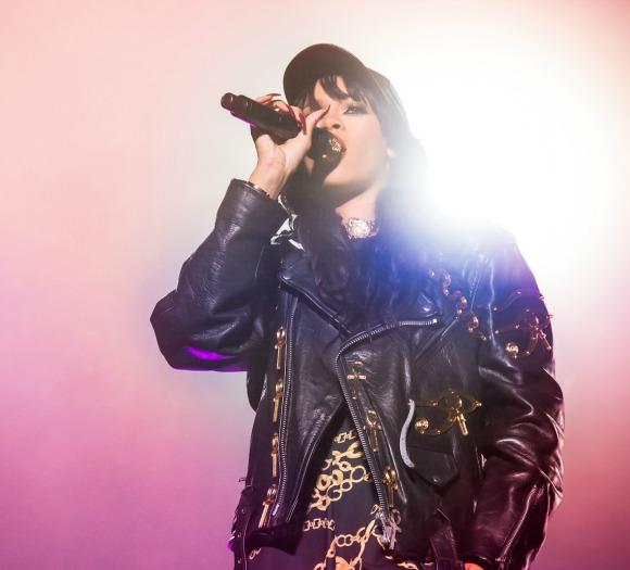 Rihanna_live_2012-S