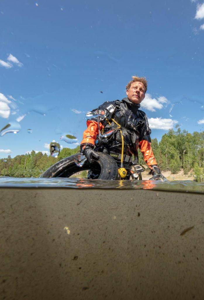 Fredrik-diving-car-tyre02_photographer_Oskar_Kihlborg