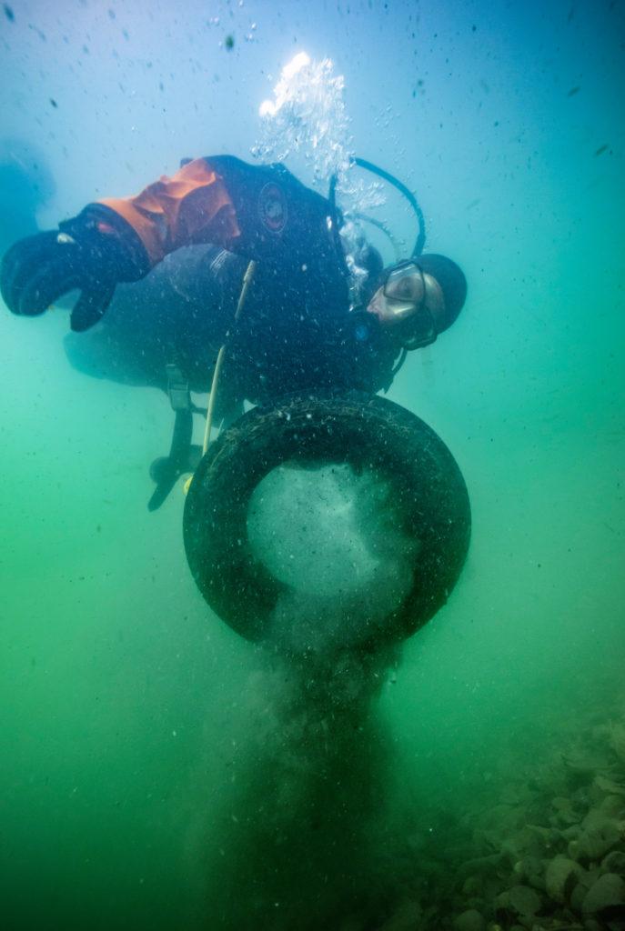Fredrik-diving-car-tyre_photographer_Oskar_Kihlborg